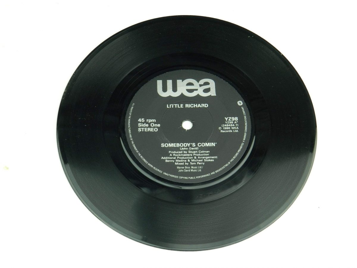 Little Richard – Somebodys Comin vinyl record side A scaled
