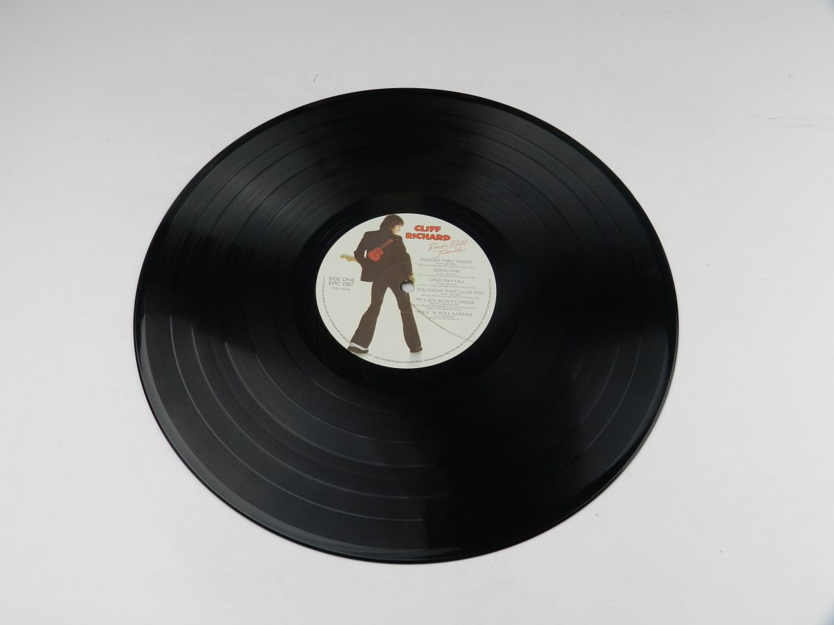 Cliff Richard – Rock N Roll Juvenile vinyl record side A scaled